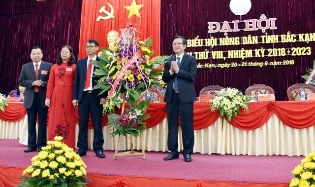 Đ/c Lương Quốc Đoàn - Phó Chủ tịch Ban Chấp hành TW Hội Nông dân Việt Nam tặng hoa chúc mừng Đại hội đại biểu Hội Nông dân tỉnh Bắc Kạn lần thứ VIII, nhiệm kỳ 2018-2023