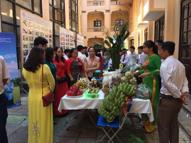 Các đại biểu dự Đại hội thăm quan gian hàng giới thiệu sản phẩm nông, lâm nghiệp và một số hình ảnh hoạt động của Hội Nông dân toàn tỉnh Bắc Kạn trưng bày tại Đại hội đại biểu Hội Nông dân tỉnh Bắc Kạn lần thứ VIII, nhiệm kỳ 2018-2023